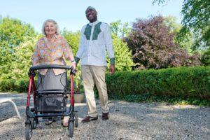 Marius et Mme Berthier lors d'une promenade au parc.